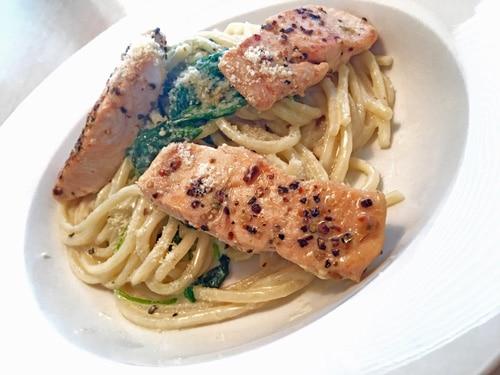 Spaghetti in einer Spinat- Parmesan- Sahnesoße mit Lachs