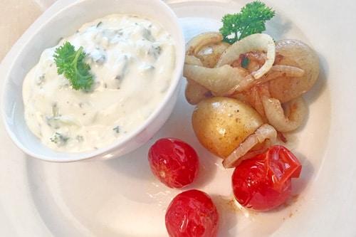 Gurken- Petersilien- Quark mit Pellkartoffeln, Zwiebeln und Tomaten